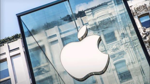 Apple Shares Rise on Slight Earnings, Revenue Beat -- Live Blog