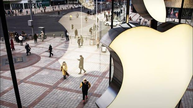 Apple Shares Rise on Earnings, Revenue Beat -- Live Blog