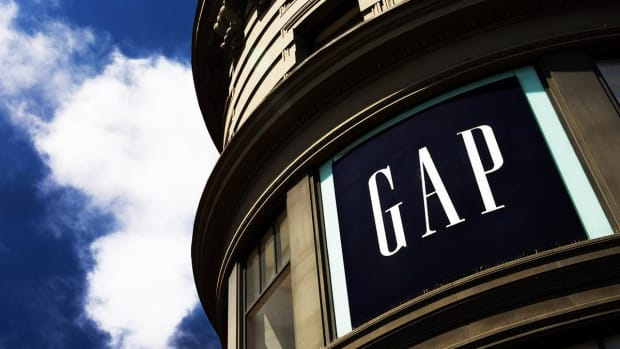 Gap Shares Tumble as CEO Art Peck Steps Down, Weak Guidance Issued
