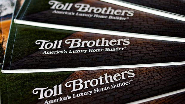 Toll Brothers Issues Uncertain Outlook as Orders Fall