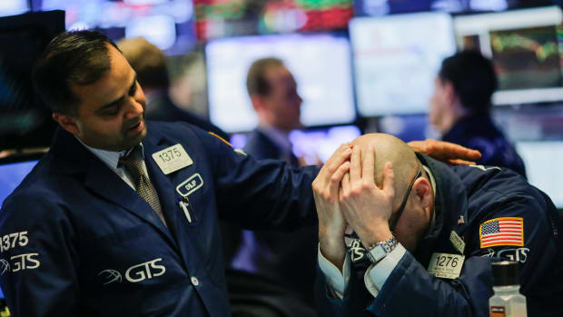 Dow Tumbles on China Pessimism, Nasdaq Rises on Tech Rebound