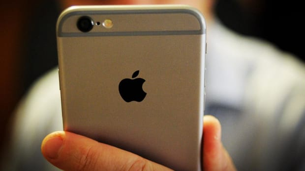 Jim Cramer Explains How to Trade Apple When Two Favorite Analysts Disagree