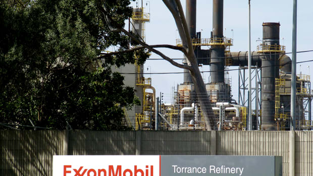 Exxon Mobil's Mixed Charts: When to Buy, When to Sell