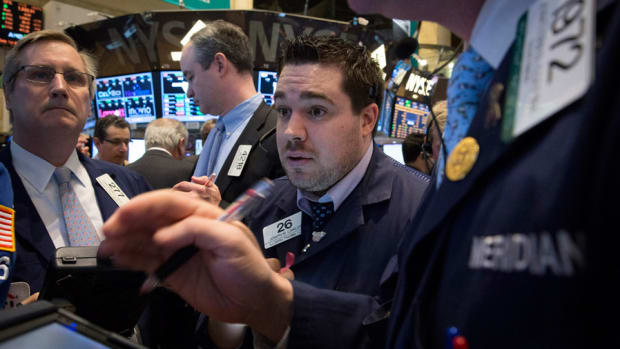 Stocks Dive as Treasuries Fall, Retailers Disappoint on Earnings