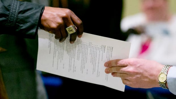 Initial Jobless Claims Rise to 326,000; Retail Earnings Mixed
