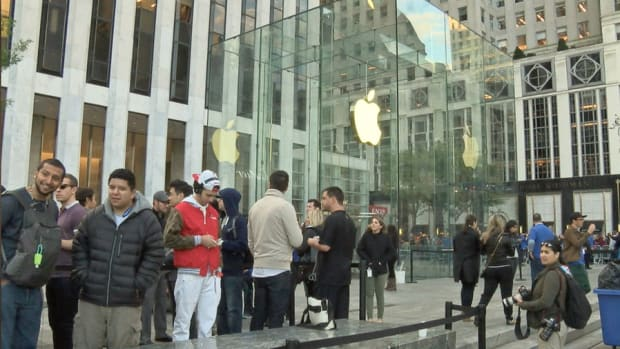 First Look at iPhone 6 as Consumers Line Up at Apple Stores Nationwide