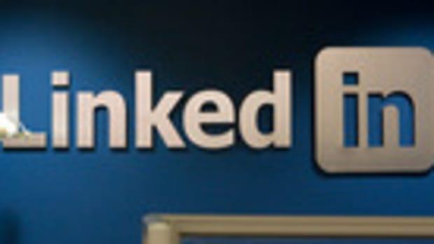 Battleground: Analysts clash on LinkedIn's outlook