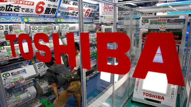Toshiba CEO Steps Down, Apple Set to Report Results