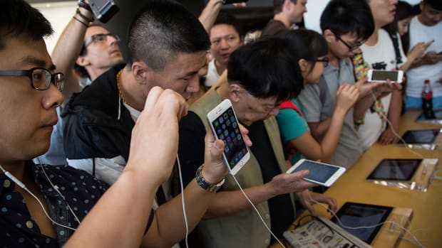Apple's China iPhone Trade-in Program; Stocks Sell-Off at Open
