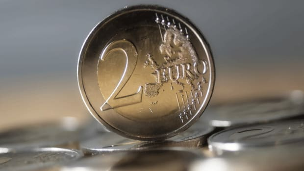 Euro Extends Gains After ECB Minutes Reveal QE Opposition