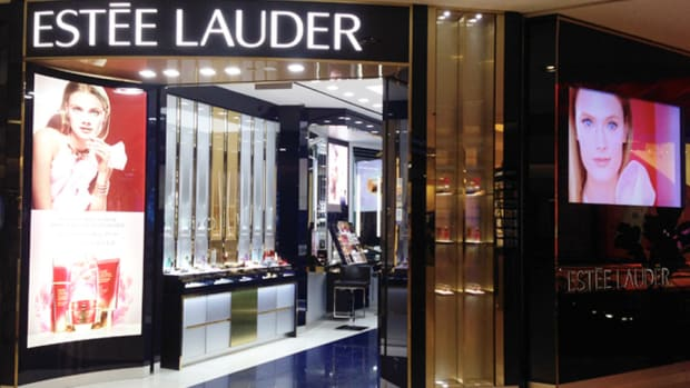 Estee Lauder Beats, Lowers Profit Outlook Due to Strong Dollar