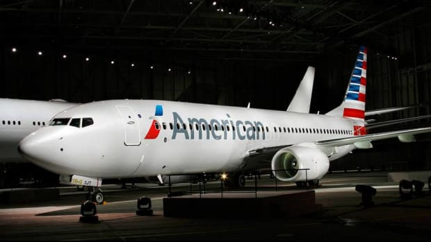 American Airlines Expects Lower Passenger Revenue, Shares Descend