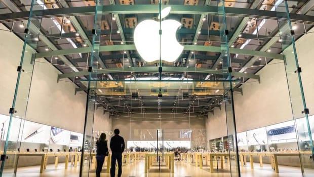 Apple Crosses $900 Billion, Trumps Twitter Shut: Friday's Top Stories