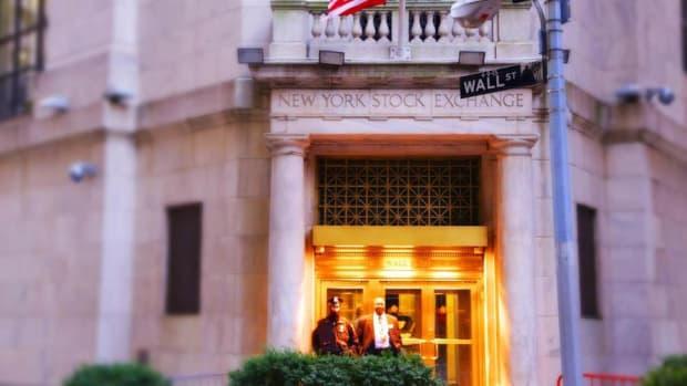 Closing Bell: Buffett Bets Big on Apple; U.S. Stocks at Fresh Records