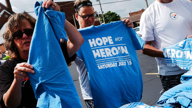 U.S. Opioid Crisis Grows as Life Expectancy Drops