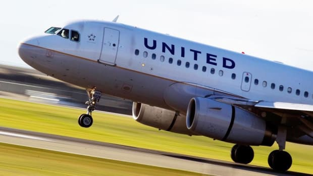 Jim Cramer on United Airlines: Oscar Munoz Made a Mistake