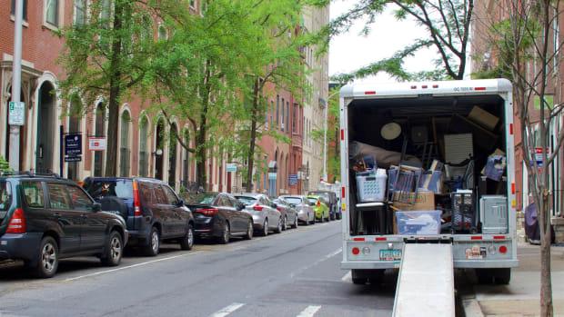 relocate moving Jana Shea : Shutterstock