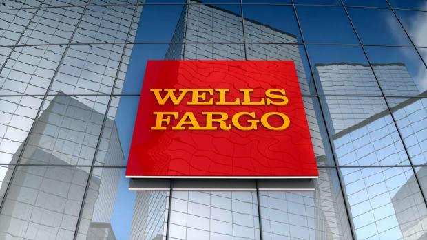 videoblocks-editorial-wells-fargo-logo-on-glass-building_hwdor5idz__D