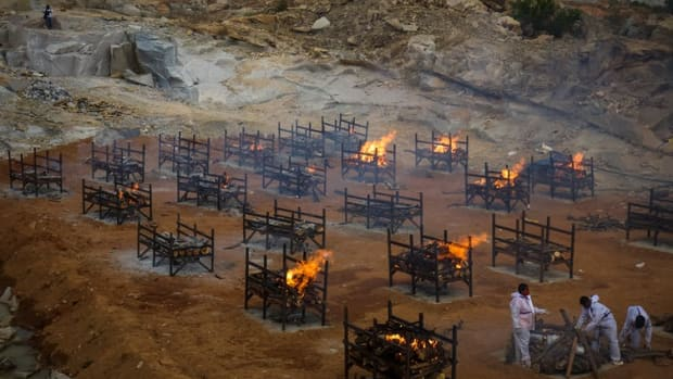 Mass cremations in the city of Bengaluru, India, due to the large number of COVID-19 deaths. Abhishek Chinnappa/Getty Images)