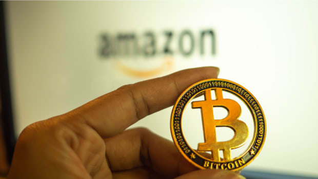 Amazon-e-mao-segurando-Bitcoin
