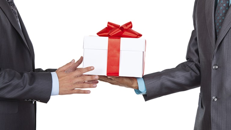 Holiday Presents for the Boss? Here's When and What to Give