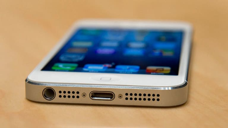 Apple Hovers Above $400 on iPhone Worries (Update 2)
