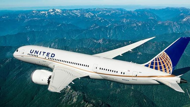 United Airlines Cuts Revenue Guide by $400 Million and Shares Drop