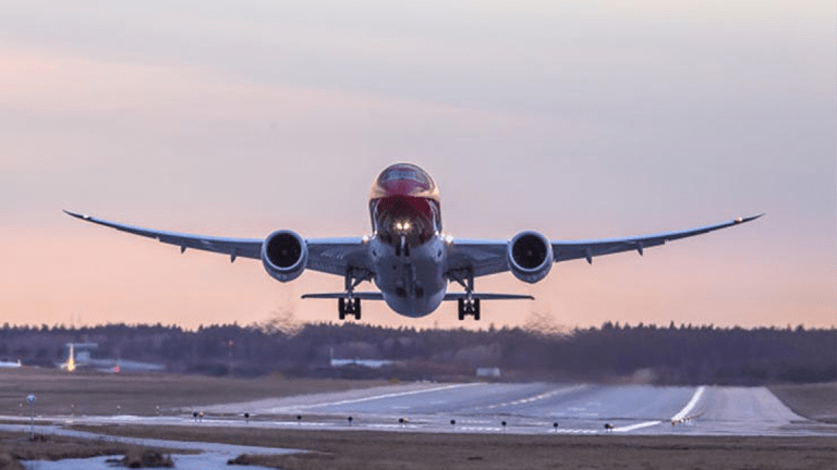 Best Day of the Week to Book a Flight, According to Experts