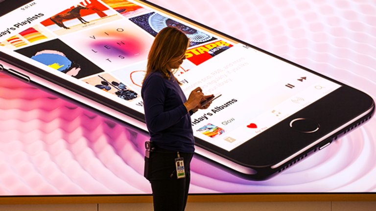 This Cell Phone Retailer's Stock Is Crashing and It Has a Lot to Do With Apple