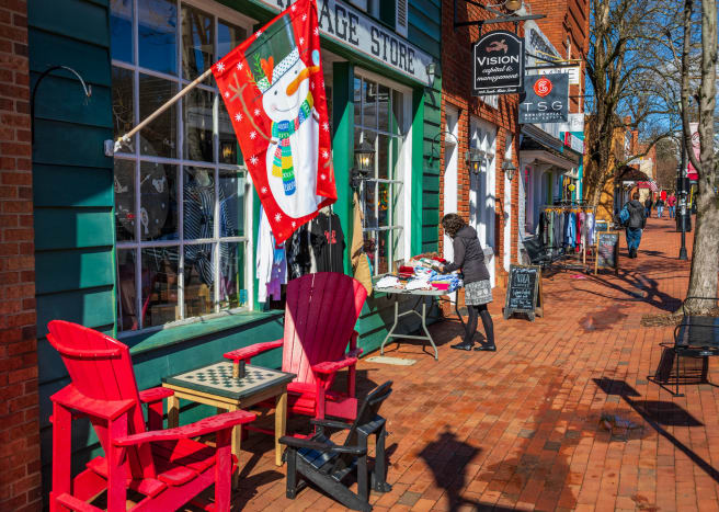 Home to elite Davidson College, the population of this town has grown rapidly to over 12,000 people. The downtown is characterized by restaurants and specialty shops that cater to an affluent market.