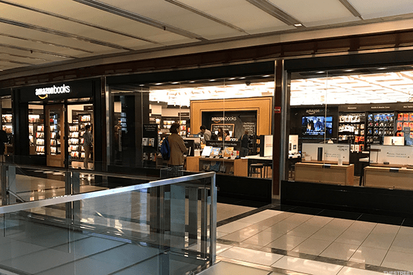 That Borders went bankruptdoes not deter Amazon from opening brick-and-mortar bookshops, TheStreet reports.