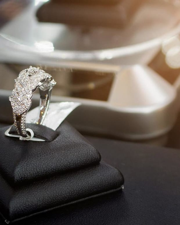 Signet Jewelers Stock Falls 18% After 3Q Loss