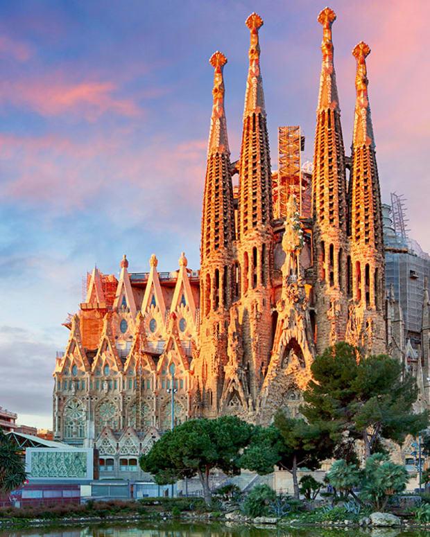 16 basilica sagrada familia barcelona spain TTstudio : Shutterstock.