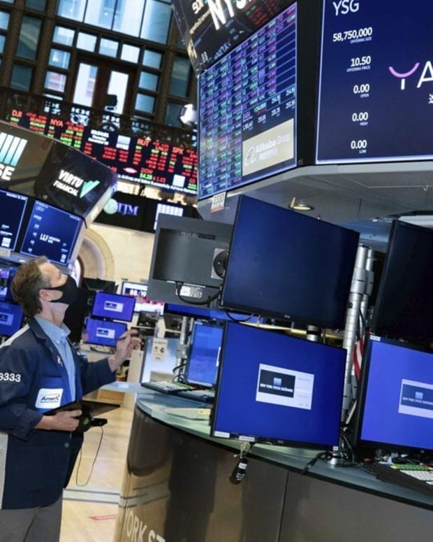 Traders work the floor of the New York Stock Exchange during the IPO of Chinese cosmetics company Yatsen Holding Ltd on November 19. Photo: NYSE via AP