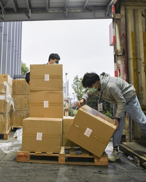 Workers loading boxes of surgical masks donated by BYD, bound for the United States. Photo: Jack Ma Foundation