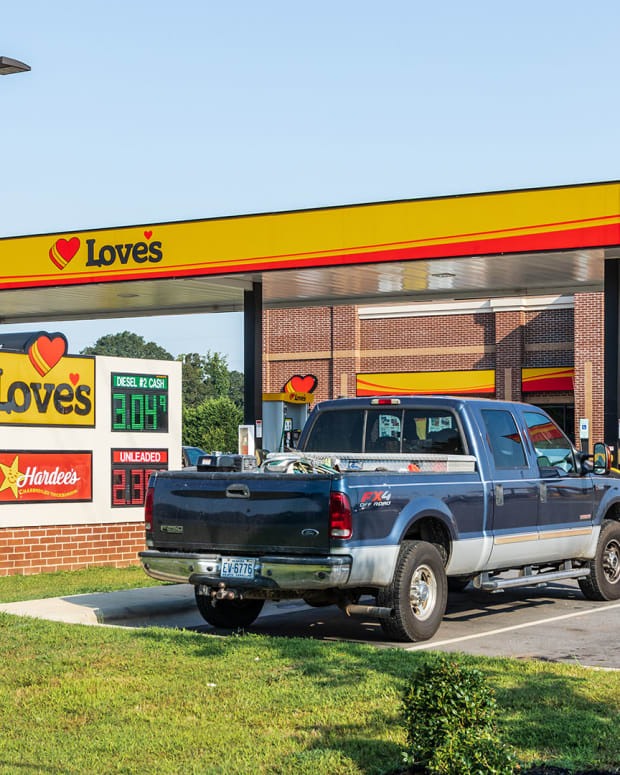 22 Loves truck stop gas Nolichuckyjake : Shutterstock