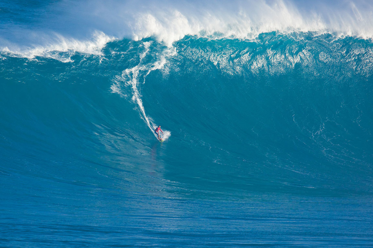 25 surf wave jaws maui EpicStockMedia : Shutterstock.