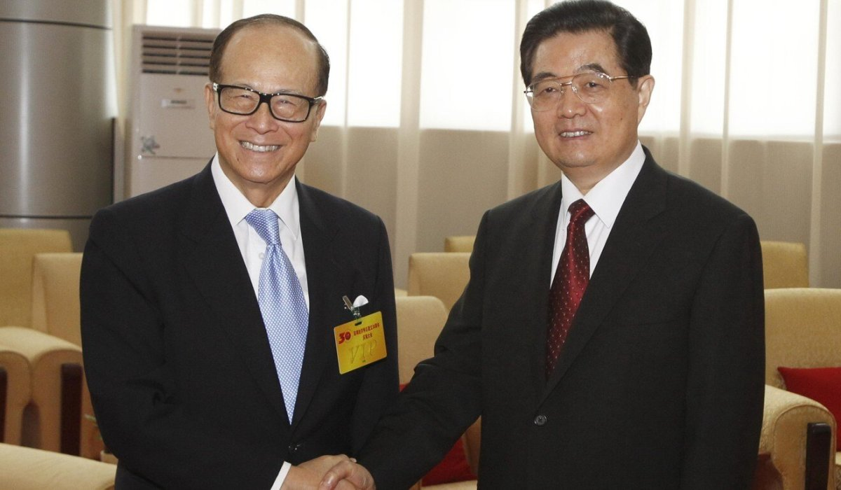 Chinese President Hu Jintao (right) meets Hong Kong tycoon Li Ka-shing at the 30th anniversary of the founding of Shenzhen as a special economic zone, in September 2010. Photo: Xinhua