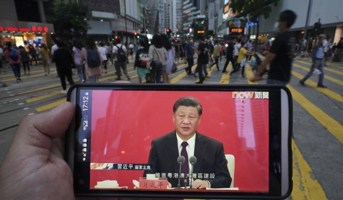 A live broadcast of Chinese President Xi Jinping's speech in Shenzhen is watched on a mobile phone in Causeway Bay, Hong Kong. Photo: Felix Wong