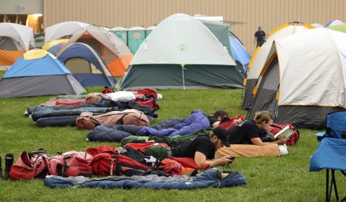 Fire camps leave little room for social distancing or hand-washing. AP Photo/Ted Warren