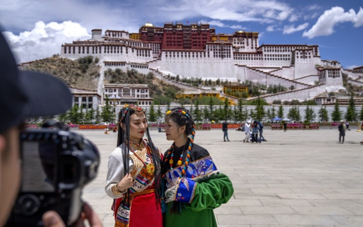 China's Travel Industry 'paralysed' By Coronavirus Sees Tour Guides Turn To Live Streaming