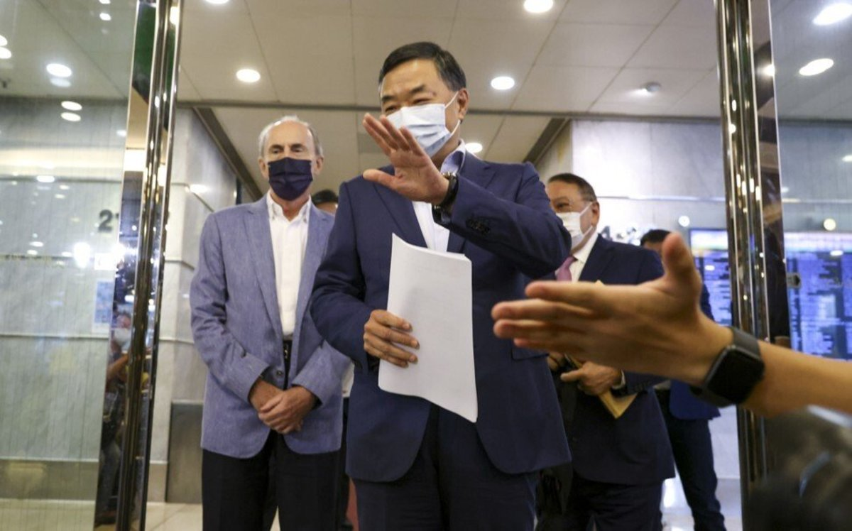 Keith Kerr (left), president of the board of directors at the Real Estate Developers Association, and Louis Loong (right), the association's secretary general, meet the media on Friday. Photo: May Tse