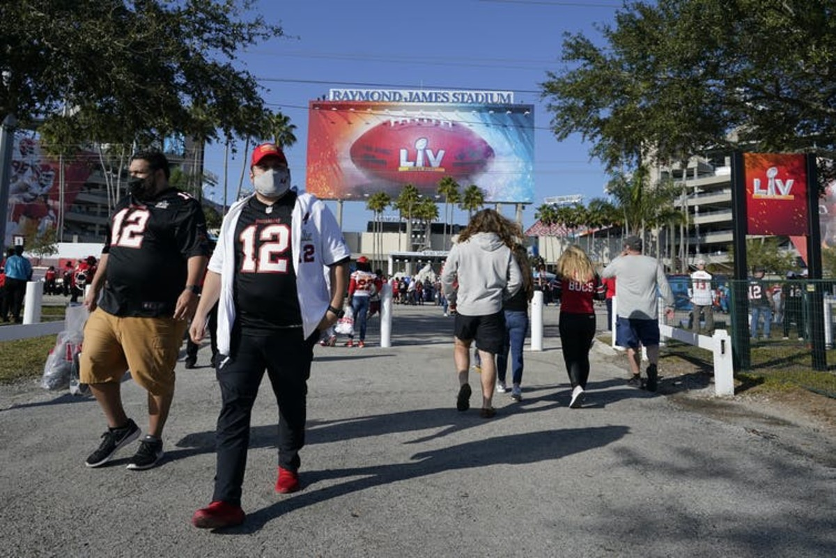 When football stadiums had more than 20,000 fans on hand, the surrounding communities saw a spike in COVID-19 cases within three weeks. AP Photo/Lynne Sladky