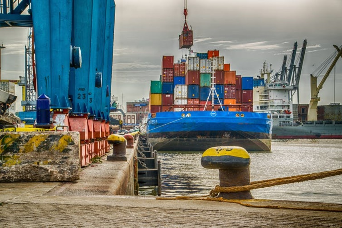 Ships that can connect to electric power in port can cavoid burning fuel that produces greenhouse gases and pollution. Ernesto Velázquez/Unsplash, CC BY