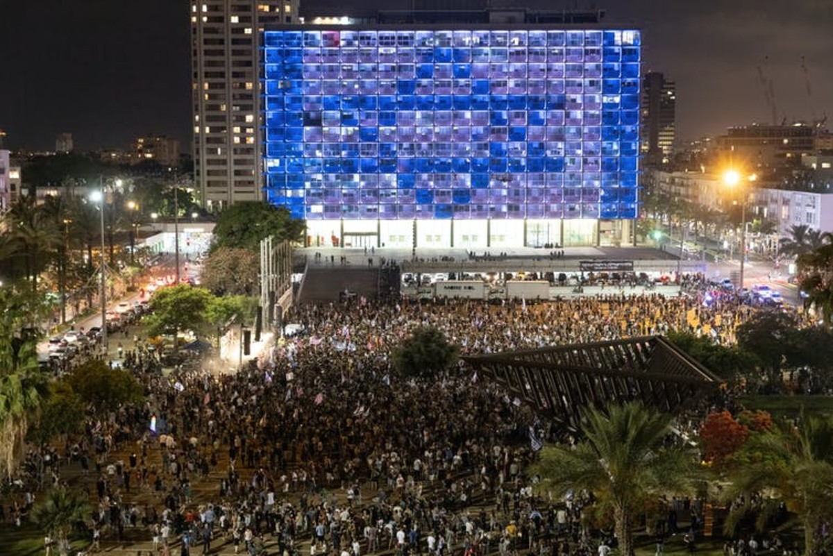 Thousands of people take part in spontaneous celebrations in Rabin Square in Tel Aviv, Israel, after the Knesset voted on June 13, 2021, to oust longtime Prime Minister Benjamin Netanyahu. Guy Prives/Getty Images