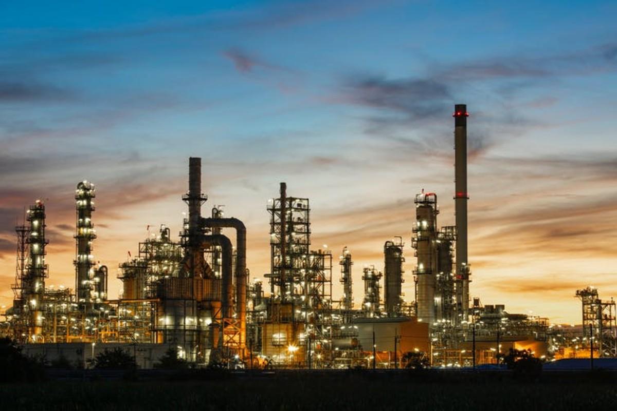 Oil, the fuel of food. Shutterstock/noomcpk
